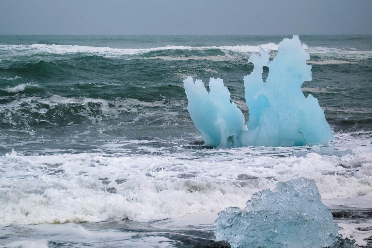 Wie Skulpturen von meisterhafter Hand geformt, schaukeln die Gletscherteile auf dem Wasser am schwarzen Lavasandstrand, Island - © FRASHO / franks-travelbox