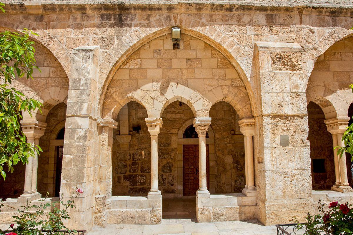 Die burgähnlich anmutende Geburtskirche in Betlehem ist sowohl außen als auch innen relativ schlicht gehalten, Israel - © AleksandarTodorovic/Shutterstock