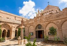 """Die Geburtskirche (""""Church of Nativity"""") in Betlehem ist eines der wenigen Gebäude aus der frühchristlichen Zeit, das nie zerstört wurde und bis heute vollkommen erhalten ist, Israel - © 2bears / Shutterstock"""