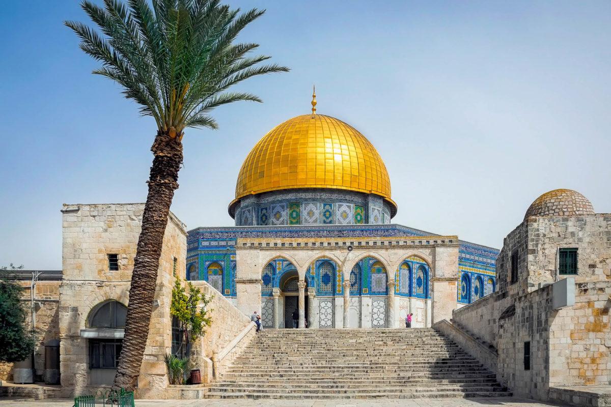 Der Tempelberg in Jerusalem mit dem prachtvollen Felsendom kann über die westliche Klagemauer betreten werden, Israel - © zebra0209 / Shutterstock