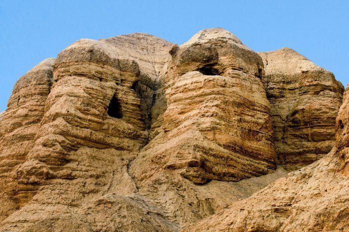 Qumran ist eine antike Siedlung und ist vor allem bekannt, seit in elf Felsenhöhlen in der Nähe die berühmten Schriftrollen vom Toten Meer gefunden wurden, Israel - © / Shutterstock