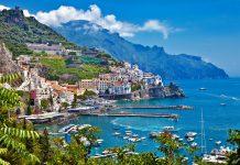 Amalfi, das Örtchen am Mittelmeer, das der Amalfiküste in Italien seinen Namen gab - © leoks / Shutterstock