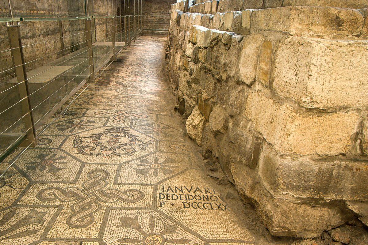 Das berühmteste Abbild in der Basilika von Aquileia stellt einen Hahn und eine Schildkröte dar und symbolisiert den ewigen Kampf zwischen Licht und Schatten, Italien - © James Camel / franks-travelbox