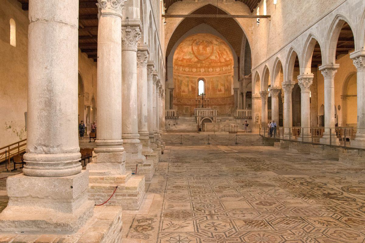 Die kunstvoll gearbeiteten Bodenmosaike im Inneren der Basilika von Aquileia können durch Glasböden besichtigt werden, Italien - © James Camel / franks-travelbox