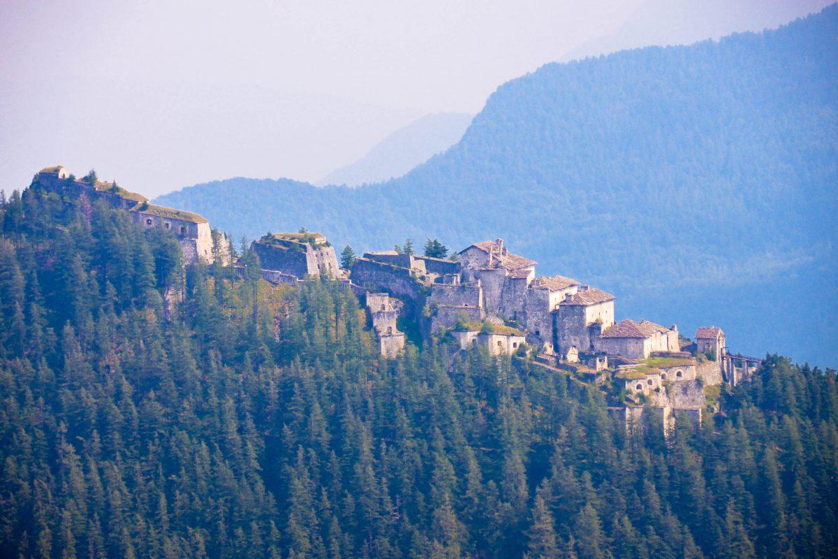 Blick auf die Gebirgsfestung Fenestrelle im Piemont von der Asietta Kammstraße , Italien - © FRASHO / franks-travelbox
