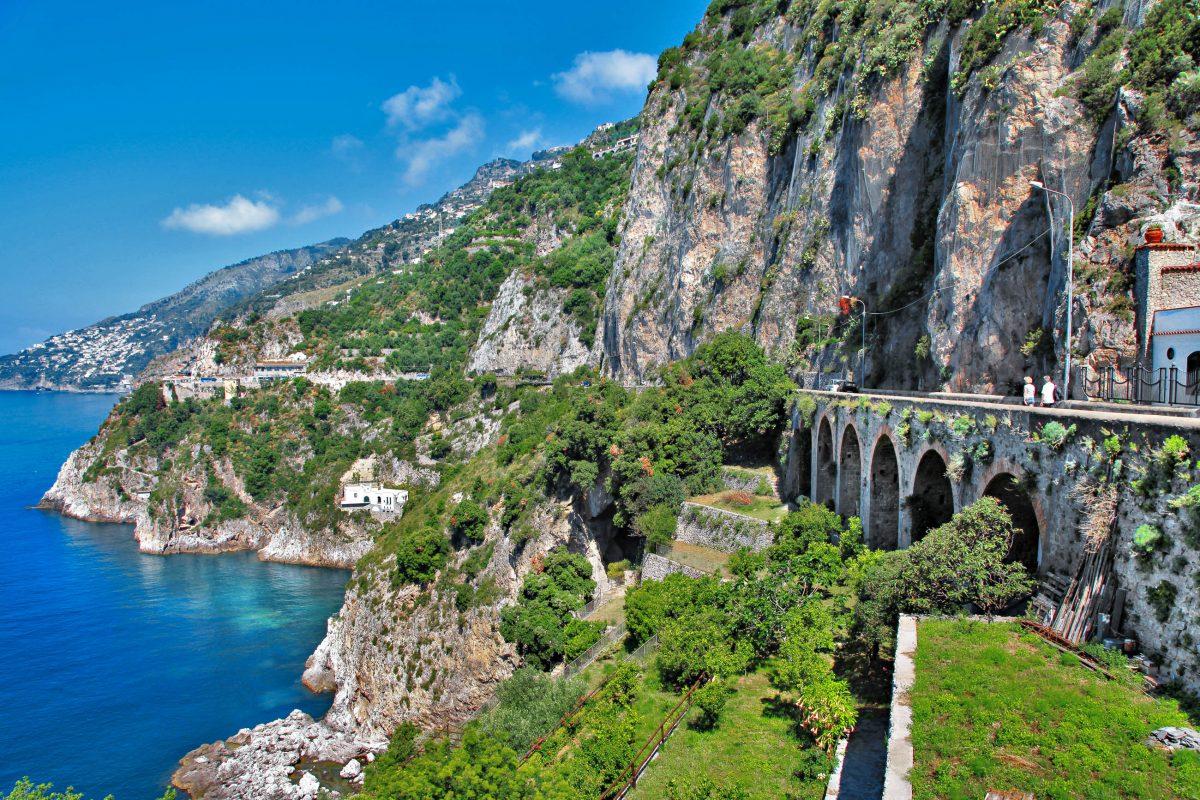 Blick auf die Küstenstraße der Amalfiküste mit ihren engen Kurven und überhängenden Felsen, Italien - © Freesurf / Fotolia