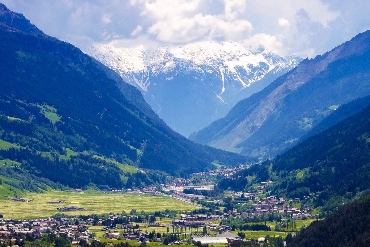 Panoramablick auf das sommerliche Bormi, ein idealer Ausgangspunkt für Ausflüge auf die umgebenden Berge, Italien - © LianeM / Shutterstock