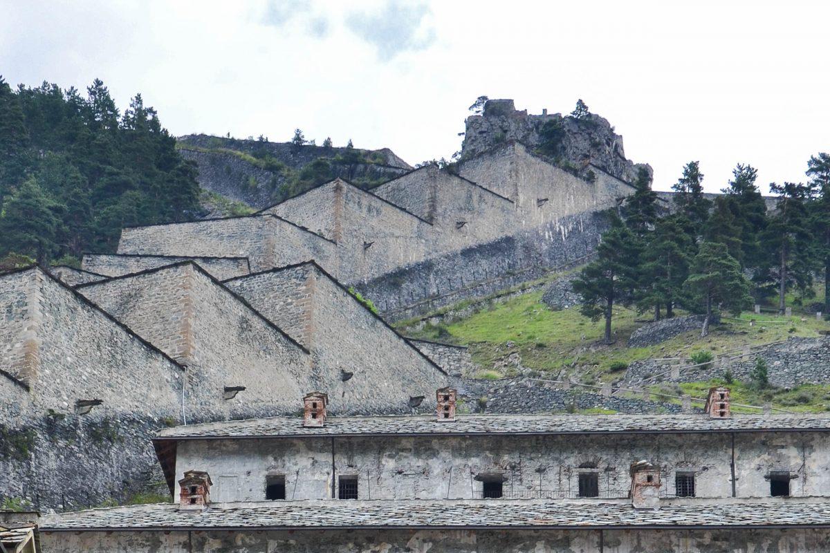 Die Festung Fenestrelle vom Innenhof der Burg Tre Denti (Eingang) gesehen, Piemont, Italien - © FRASHO / franks-travelbox
