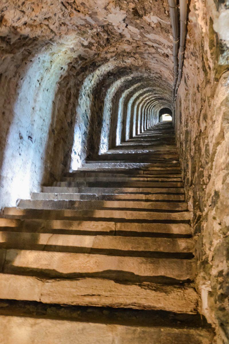 Ein wesentlicher Teil der Festung Fenestrelle ist eine 2 km lange überdachte Treppe (Scala Coperta) die einen Höhenunterschied von 600m überwindet und 3.996 Stufen zählt, Italien - © FRASHO / franks-travelbox