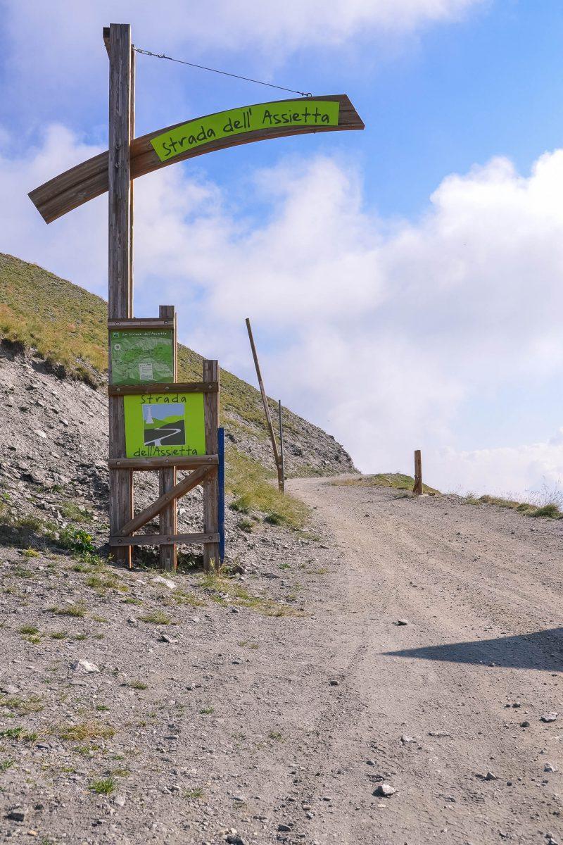 Einstiegspunkt im Südwesten zur Asietta Kammstraße, einer Sand- und Schotterpiste auf 2500m Höhe, Piemont, Italien - © FRASHO, franks-travelbox