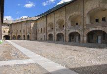 Ansicht des Innenhofs der Festung Exilles im Susatal, Piemont, Italien - © FRASHO / franks-travelbox