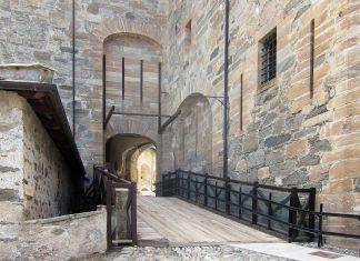 Vom futuristischen Lift kommend, betritt man über diese Brücke den Innenhof der Festung Exilles, Italien - © FRASHO / franks-travelbox