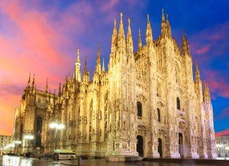 Blick auf den abendlichen Mailänder Dom mit seinen gewaltigen Ausmaßen und den meisterhaften Verzierungen, Mailand, Italien - © TTstudio / Shutterstock