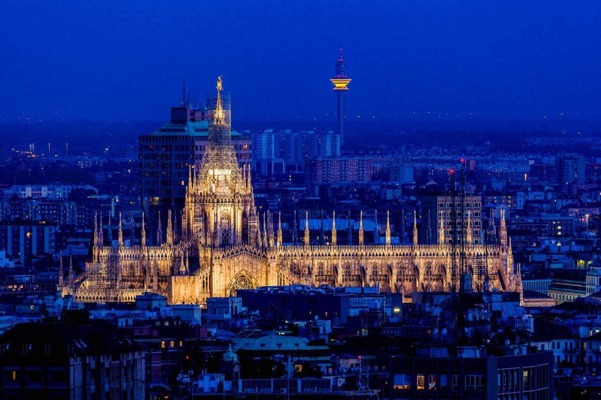 Blick über die Dächer von Mailand auf den Mailänder Dom in der Abenddämmerung, Italien - © Simone Simone / Shutterstock