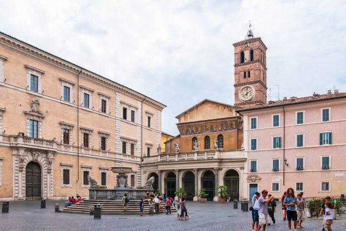 Blick auf die Kirche Santa Maria in Trastevere, sie ist die älteste Marienkirche Roms und eine der ersten, in der öffentlich Gottesdienste gefeiert werden durften, Italien - © grafalex / Shutterstock