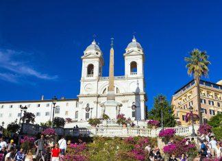 Blick von der Spanischen Treppe in Rom zur doppeltürmigen Kirche Trinità dei Monti, Italien - © posztos / Shutterstock