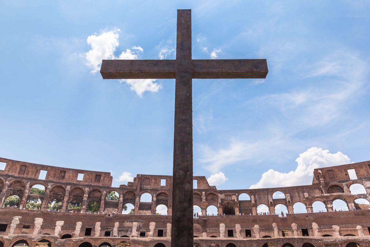 Das Bronzekreuz im Kolosseum von Rom, Italien, erinnert an das Christenblut, welches im Sand der Arena versickerte - © Vogel / Shutterstock