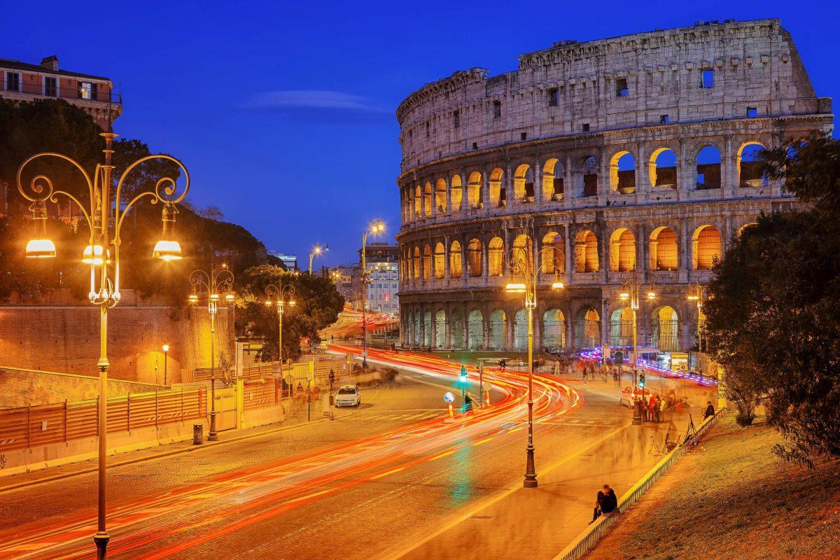 Das gigantische Kolosseum in Rom, Italien, wurde 80 nach Christus mit einem 100 Tage dauernden Fest eingeweiht - © S.Borisov / Shutterstock