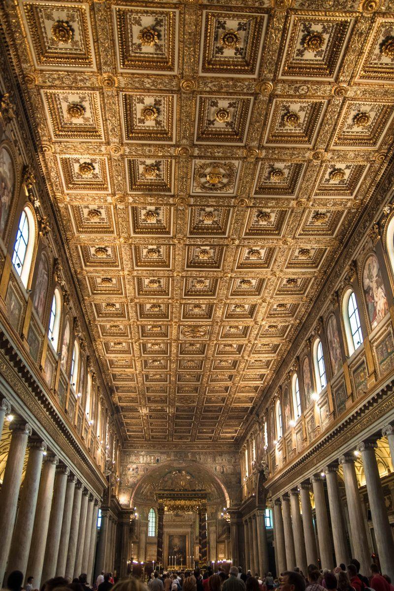 Das Interieur des Kirchenschiffes der Santa Maria Maggiore ist über und über mit Gold geschmückt. 40 Säulen stützen die prunkvolle goldene Kassettendecke, Rom, Italien - © James Camel / franks-travelbox