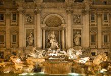 """Der gewaltige Trevi-Brunnen ist einer der berühmtesten Brunnen weltweit; spätestens seit seiner Rolle im Film """"La Dolce Vita"""" zählt er zu den wichtigsten Sehenswürdigkeiten Roms, Italien - © James Camel / franks-travelbox"""