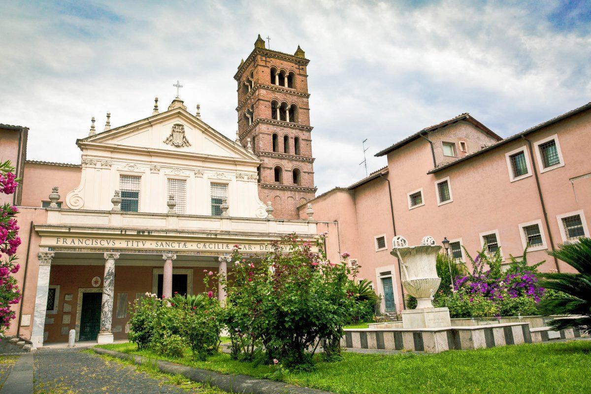 Die Kirche Santa Cecilia im Stadtviertel Trastevere im Südwesten der italienischen Hauptstadt Rom - © Onigiri studio / Shutterstock