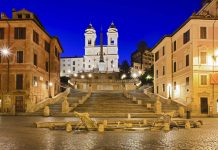 Die Spanische Treppe bei Nacht, im Vordergrund der Brunnen Fontana della Barcaccia, im Hintergrund die Kirche Trinità dei Monti, Rom, Italien - © Taras Vyshnya / Shutterstock