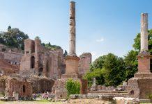 Monumentale Mauern, haushohe Säulen und eindrucksvolle Triumphbögen zeugen von der einstigen Pracht des Forum Romanum in Rom, Italien - © James Camel / franks-travelbox