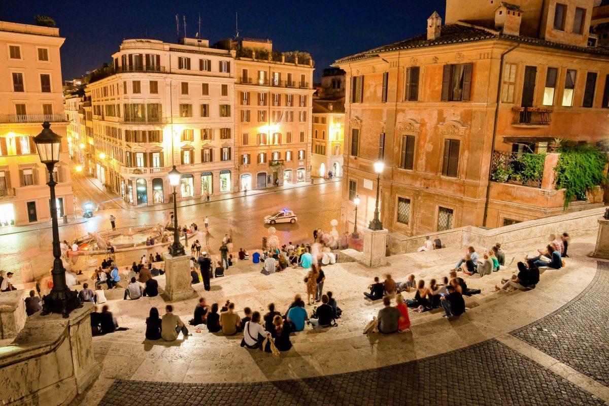 Nächtlicher Blick von der Spanischen Treppe auf die Piazza di Spagna, Rom, Italien - © Pablo Debat / Shutterstock