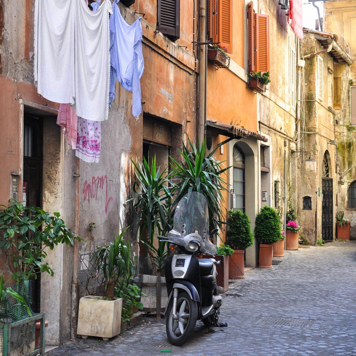 Typische Straßenszenerie im Stadtviertel Trastevere in Rom, Italien - © AMB / Shutterstock
