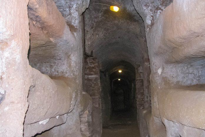 Vor der Befreiung des Christentums wurden die Christen in Rom heimlich in den riesigen Katakomben von San Callisto bestattet, Italien - © GerardM,CC BY-SA3.0/Wiki