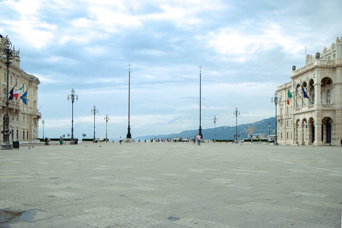 An seiner nordwestlichen Seite öffnet sich der Piazza dell'Unità d'Italia direkt zum Golf von Triest, Italien - © James Camel / franks-travelbox