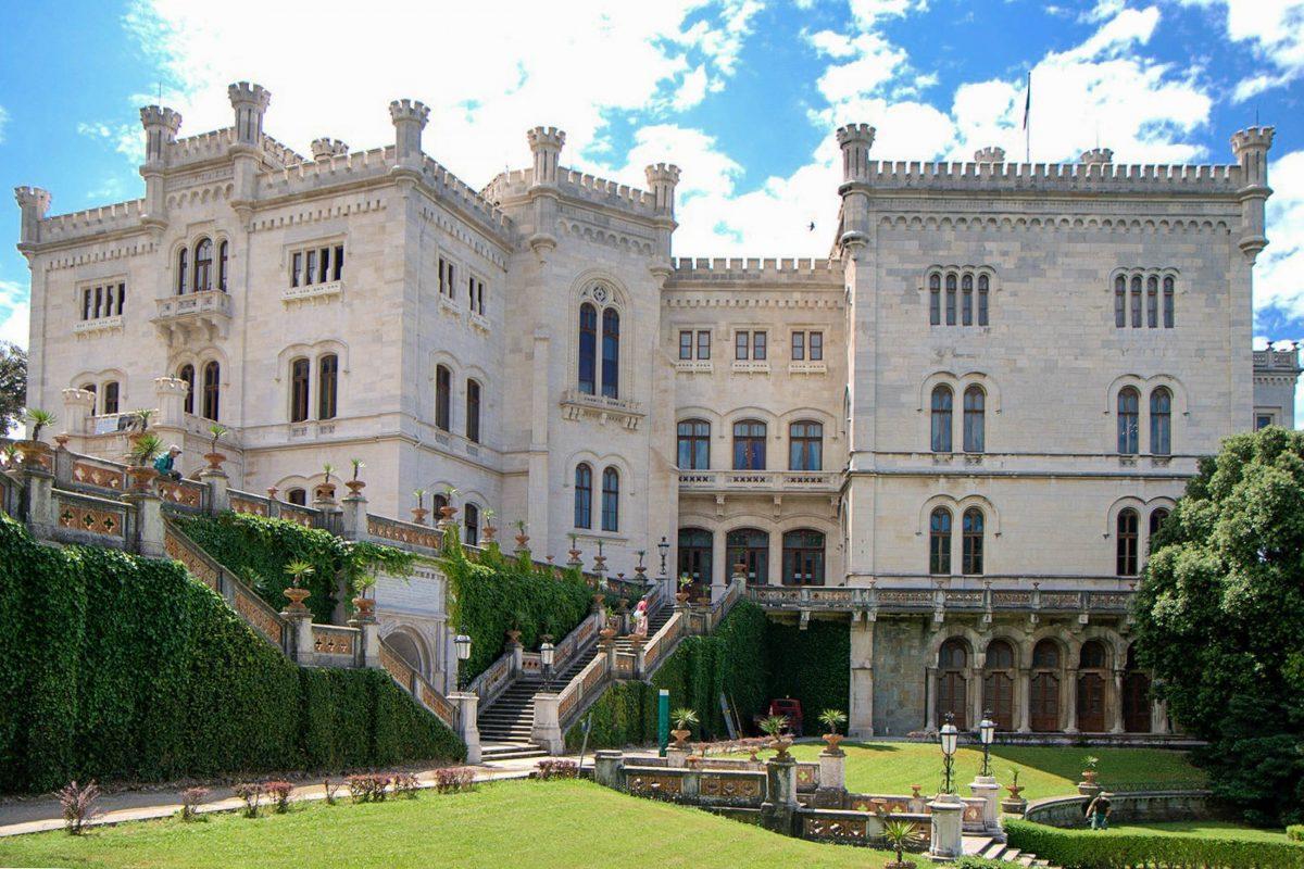 Auch der österreichische Kaiser Franz Joseph I. und seine Ehefrau Sissi sowie Thronfolger Rudolph verbrachten einige Jahre im Schloss Miramare bei Triest, Italien - © James Camel / franks-travelbox