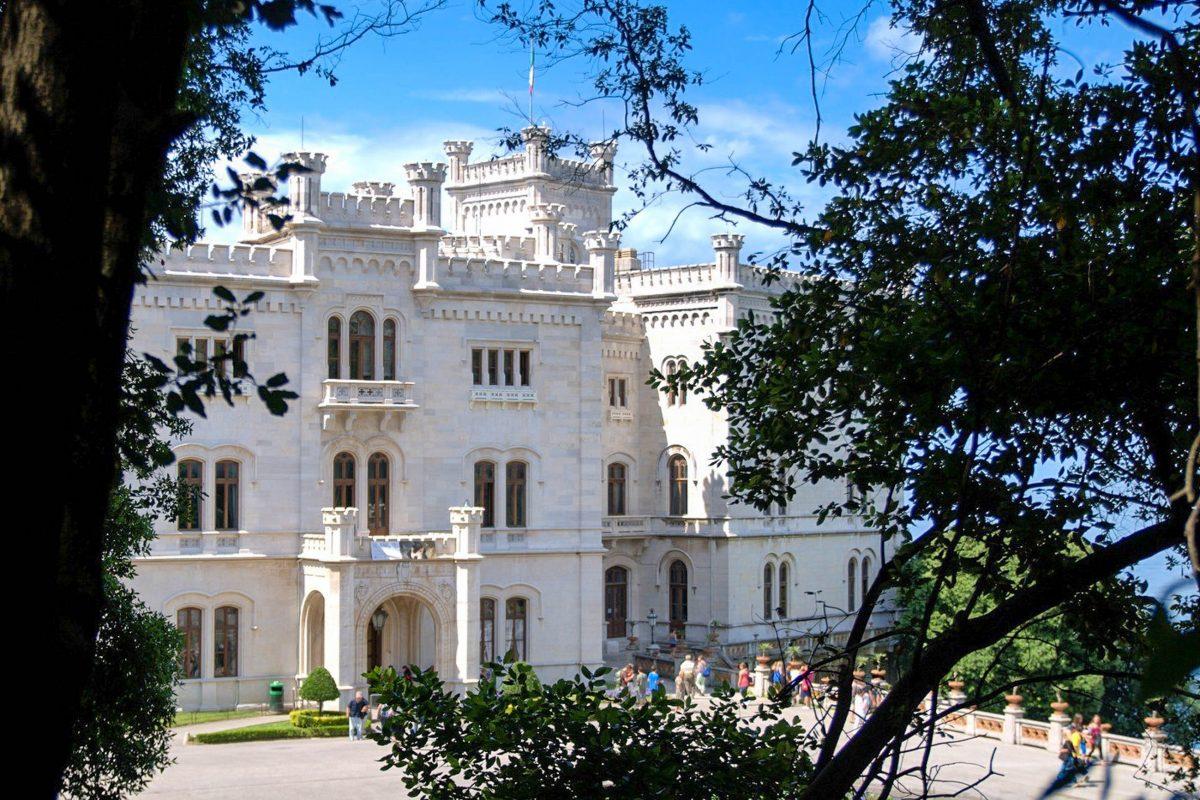 Das Schloss Miramare entstand von 1856 bis 1860 auf Anweisung des österreichischen Erzherzogs Ferdinand Maximilian, Triest, Italien - © James Camel / franks-travelbox
