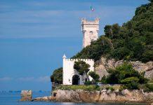 Das schmucke Schloss Miramare nördlich von Triest bietet seinen Besuchern mit prunkvollem Original-Interieur Einblicke in die Zeit der Habsburger, Italien - © James Camel / franks-travelbox