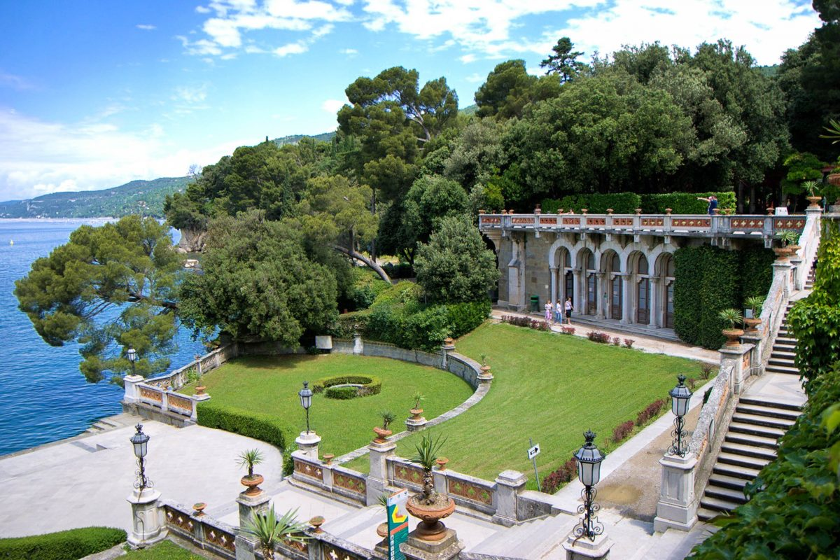 Die 22 Hektar große Gartenanlage, die das Schloss Miramare umgibt, beherbergt über 2.000 mediterrane und exotische Pflanzenarten, Triest, Italien - © James Camel / franks-travelbox