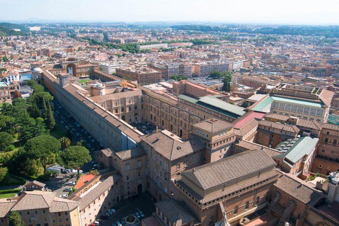 Blick von der Aussichtsplattform des Petersdoms auf den Gebäudekomplex der Vatikanischen Museen, Rom, Vatikan - © James Camel / franks-travelbox