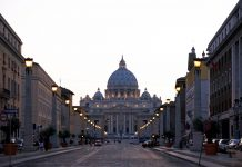 Der Petersdom im römischen Stadtstaat Vatikan in der Abenddämmerung - © James Camel / franks-travelbox