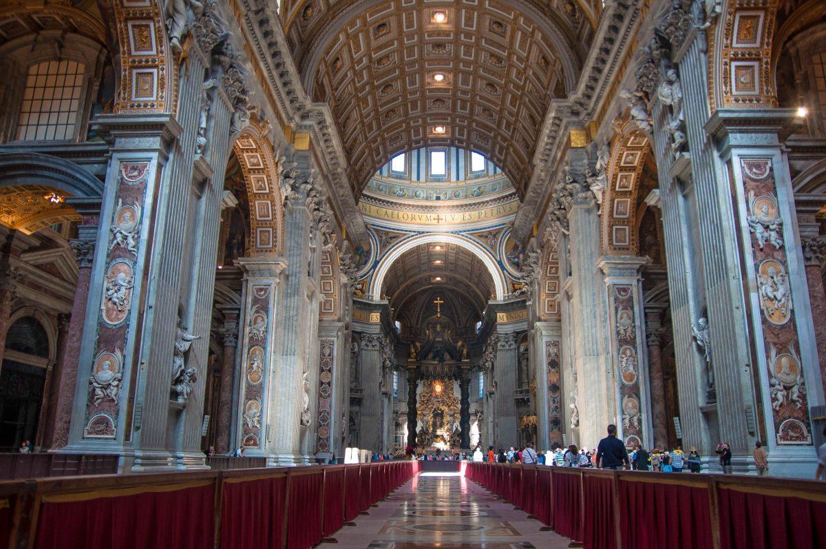 Im Innenraum des Petersdoms finden an die 60.000 Menschen Platz, Rom, Vatikan - © James Camel / franks-travelbox