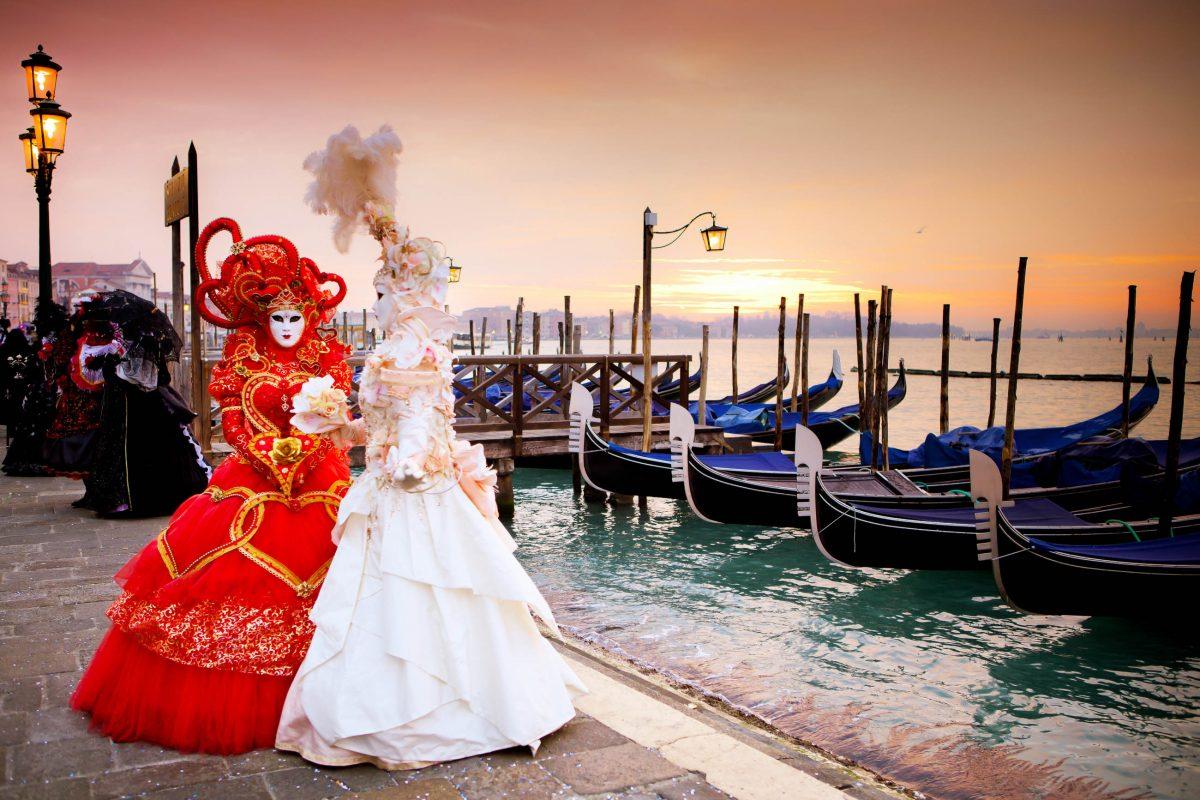 Am Karnevalssonntag sind in Venedig die meisten und schönsten Masken zu sehen, dafür herrscht dann auch der größte Trubel, Italien - © Deborah Kolb / Shutterstock