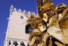 Der Karneval in Venedig zählt mit seinen weltbekannte Masken heute noch zu den schönsten und prunkvollsten Faschingsfesten der Welt, Italien - © Fotografiche / Shutterstock