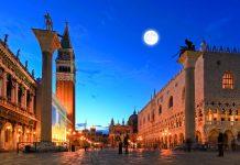 Der Markusplatz in Venedig bei Nacht, Italien - © gary718 / Shutterstock