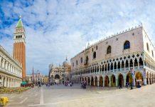 Der Markusplatz in Venedig, Italien mit der Markuskirche, dem rostroten Campanile und dem Dogenpalast - © EMprize / Shutterstock