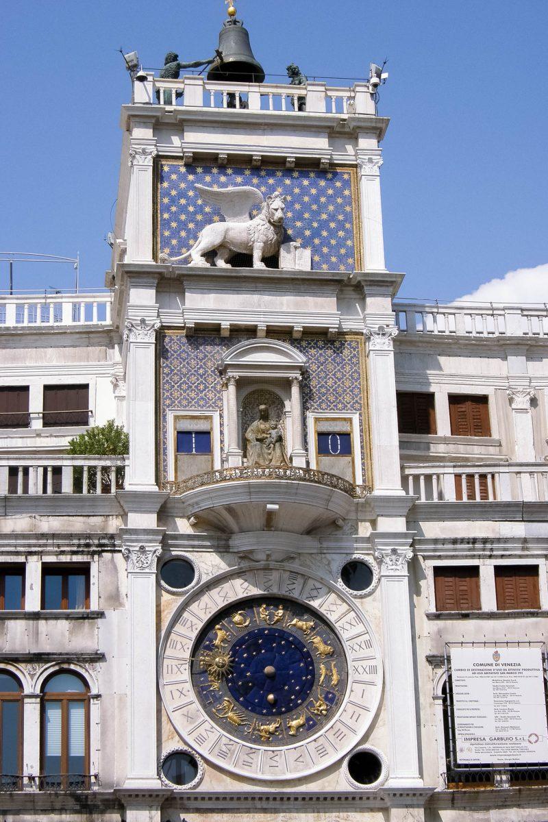 Der Uhrenturm mit seiner spektakulären astronomischen Uhr und dem geflügelten Markuslöwen am Markusplatz in Venedig, Italien - © C. Weinfurtner / Shutterstock