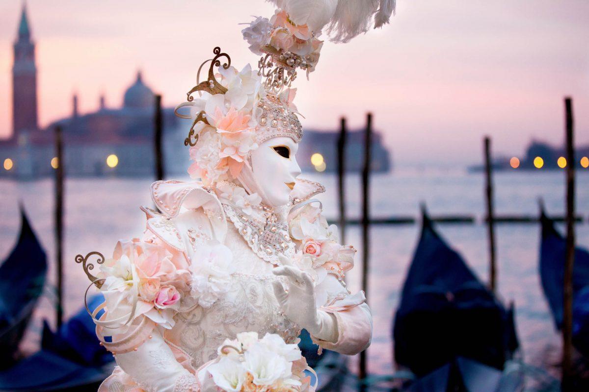 Die Kostüme am Karneval von Venedig erreichten zu Zeiten Casanovas im 18. Jahrhundert ihre Hochblüte, Italien - © Deborah Kolb / Shutterstock