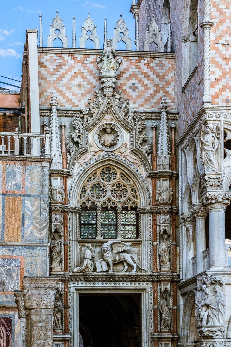 Die Porta della Carta ist der eindrucksvolle Westeingang zum Dogenpalast am Markusplatz in Venedig, Italien - © eldeiv / Shutterstock
