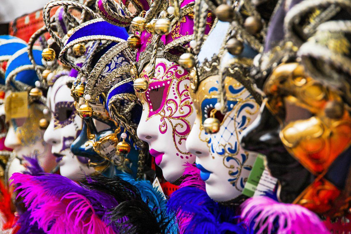 Die weltberühmten venezianischen Masken sind in großer Zahl am Karneval von Venedig zu sehen und wurden schon im 18. Jahrhundert nach ganz Europa verschifft, Italien - © canebisca / Shutterstock