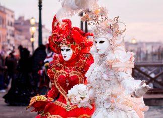Nach der Wirtschaftskrise Italiens, die auf Napoleons Ära folgte, erstrahlt der Karneval von Venedig heute in seiner alten Pracht - © Deborah Kolb / Shutterstock