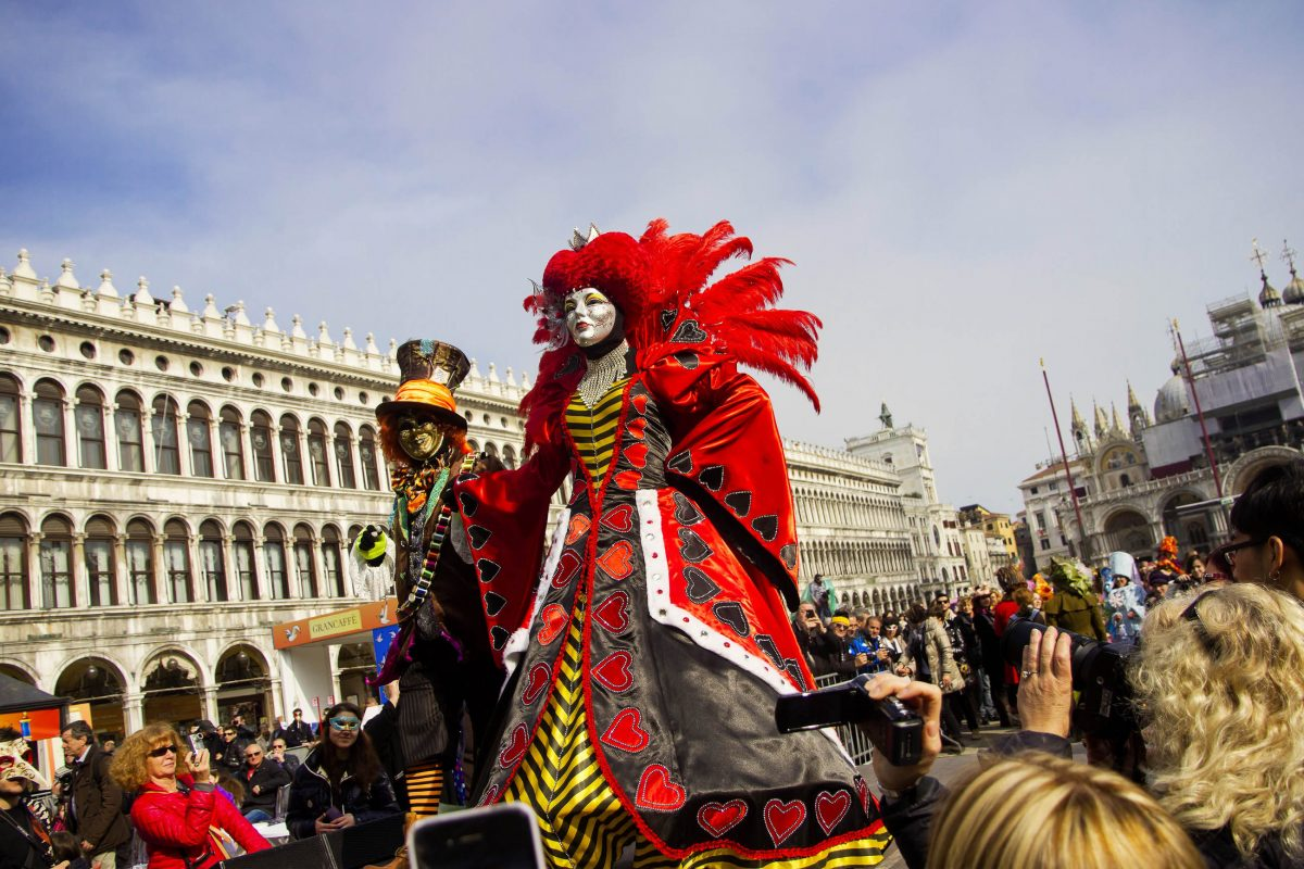 Sobald am Karneval von Venedig eine neue Maske auftaucht, ist sie sofort von Fotografen umringt, Italien - © Kizel Cotiw-an / Shutterstock