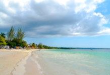 """Der Negril Strand, auch bekannt unter dem Namen """"Seven Mile Beach"""" ist in Wahrheit nur 6km lang, Jamaika - © H1nksy / Shutterstock"""