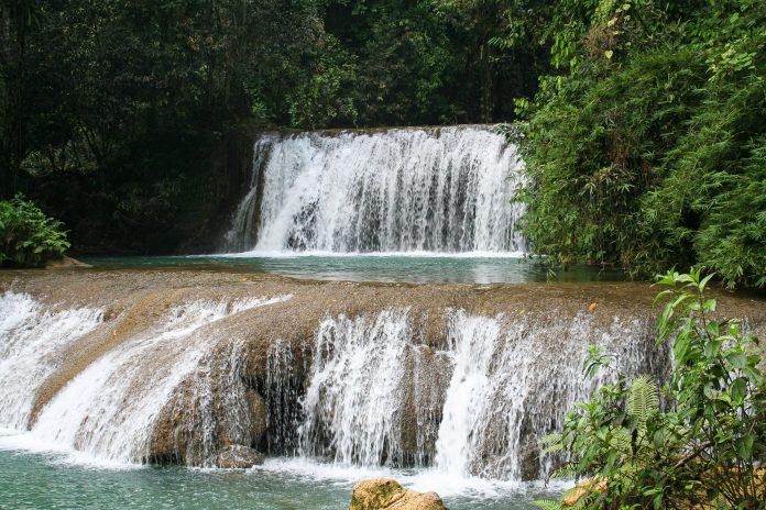 Die YS-Falls im Dschungel von Jamaika gehören zu den schönsten Wasserfällen des Landes - © Jason Maehl / Shutterstock